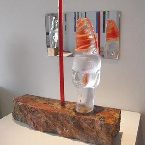 Bild på Röd pelare, sandgjutet glas på granit